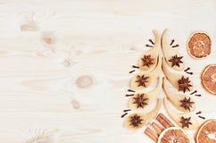 匙子和茴香圣诞树担任主角,丁香,肉桂条,在白色木背景的桔子 图库摄影