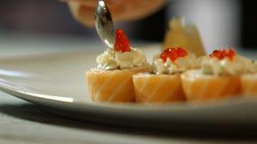 匙子投入在寿司上的鱼子酱 影视素材