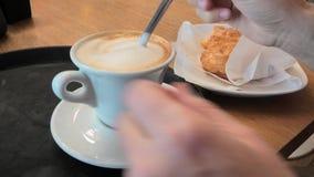 匙子混合的热奶咖啡 股票录像