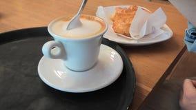 匙子混合的热奶咖啡 影视素材