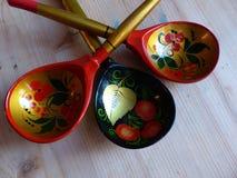 匙子 特写镜头 Khokhloma -一个古老俄国民间工艺XVII世纪 传统元素Khokhloma -红色水多的莓果 库存图片