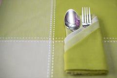 匙子绿色桌布和叉子 免版税库存图片