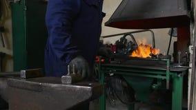匠转动在火的煤炭 股票视频