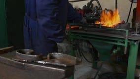 匠转动在火的煤炭 影视素材