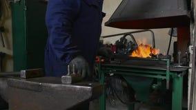 匠转动在火的煤炭 股票录像