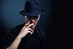 匪徒神色。有帽子和雪茄的人。 免版税库存照片