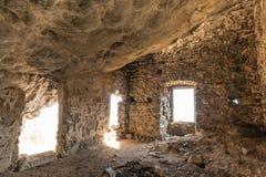 匪盗在Feliceto上的` s房子内部在可西嘉岛 免版税库存图片