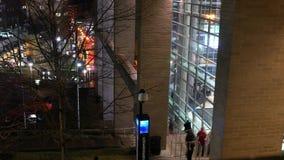 匹兹堡-大约2018年2月-人们在匹兹堡把彼德森事件中心留在 影视素材