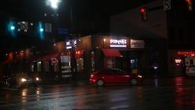 匹兹堡-大约2018年2月-夜间被射击Popeye ` s快餐链子在晚上在市区 影视素材