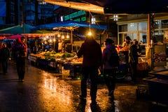 区义卖市场在晚上 免版税库存照片