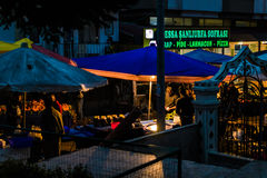 区义卖市场在晚上 库存图片