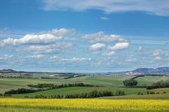 区乡下多小山美丽如画的视图 免版税库存照片