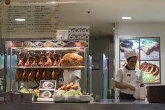区分与鸭子,猪肉,汤,在泰国模范购物中心的面条的膳食 曼谷 泰国 免版税库存照片