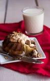 区分与黄油奶油和敬酒的核桃的巧克力橙色蛋糕 库存照片