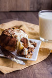 区分与黄油奶油和敬酒的核桃的巧克力橙色蛋糕 图库摄影
