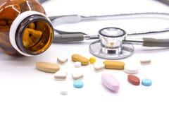 区别片剂药片堆积在白色背景的混合 库存照片