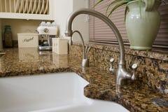 区厨房现代水槽 免版税库存照片