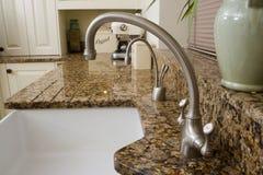 区厨房现代水槽 免版税库存图片