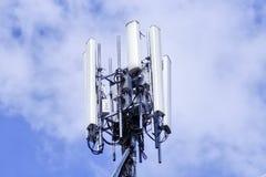 区城市dmitrov莫斯科晚上电信塔冬天 无线通信天线发射机 图库摄影
