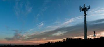 区城市dmitrov莫斯科晚上电信塔冬天 库存照片