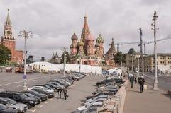 区域Vasilevsky下降 由区域,移动步行者和汽车 免版税库存照片