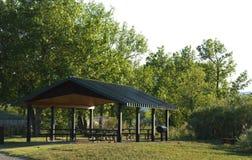 区开放公园野餐公共风雨棚空间 免版税库存图片