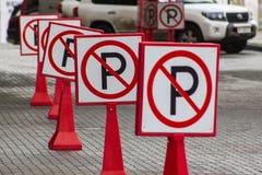 区查出步行者禁止有限的路标 标志停放 库存照片
