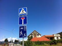 区查出步行者禁止有限的路标 免版税库存照片