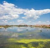 区编译了住宅的湖 免版税库存照片