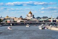 06/12/2015 区背景中心城市设计喷泉基辅金属莫斯科俄国的购物岗位那里 莫斯科的堤防的看法 图库摄影