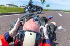 医务人员从一个受伤的骑自行车的人去除盔甲 库存照片
