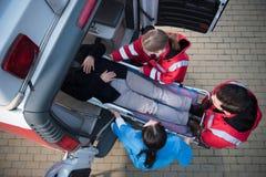 医务人员队移动的人顶视图  库存照片