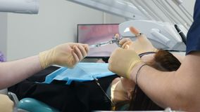 医学、牙医和医疗保健概念 助理放弃注射器牙医关闭 准备注射器与 股票视频