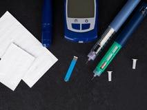 医学、糖尿病、广告和医疗保健概念-接近与血糖测试条纹,胰岛素射入的glucometer 免版税库存图片