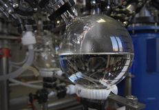 医学制造在药物工厂的 在烧瓶的透明清楚的液体 免版税库存照片