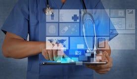 医学医生与现代片剂计算机一起使用 库存照片