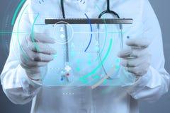 医学医生与现代计算机接口一起使用作为concep 免版税库存照片