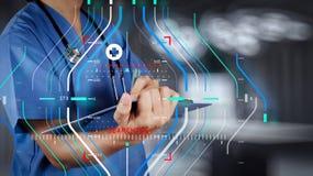 医学医生手与现代计算机接口一起使用作为m 库存照片