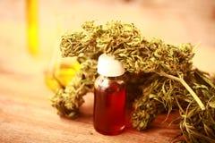医学医药大麻绿色叶子与萃取物的在一张木桌上上油 库存图片