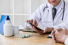 医学和医疗保健概念,篡改教授提出诊断报告并且推荐某事与患者的一个方法 库存照片