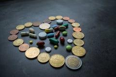 医学和货币 消耗大的医学 图库摄影