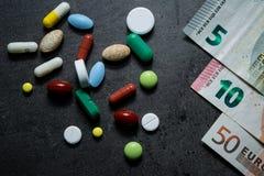 医学和货币 消耗大的医学 库存照片