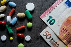 医学和货币 消耗大的医学 免版税图库摄影