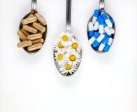 医学和食物补充在匙子 免版税库存照片