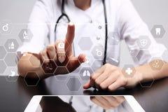 医学技术和医疗保健概念 医生与现代个人计算机一起使用 在虚屏上的象 免版税库存照片