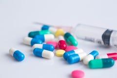 医学药片和注射器 免版税库存图片