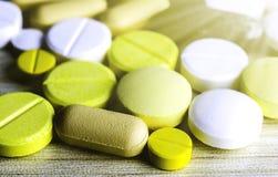 医学药片或胶囊在木背景 治疗疗程的药物处方 免版税库存图片