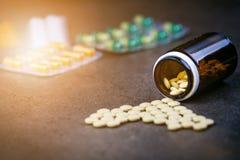 医学,在一个玻璃瓶的补充 药片说出从玻璃瓶 MedicineÂ的背景 药房 免版税库存图片