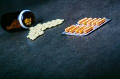 医学,在一个玻璃瓶的补充 药片说出从玻璃瓶 MedicineÂ的背景 药房 免版税图库摄影