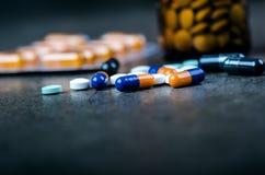 医学,在一个玻璃瓶的补充 药片说出从玻璃瓶 MedicineÂ的背景 药房 图库摄影